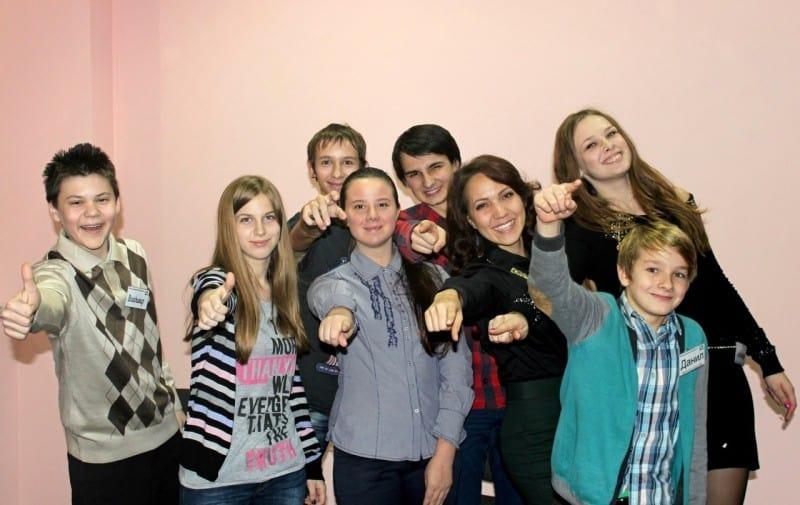 На фото тренер риторики Ирина Палько в окружении участников группы обучения ораторскому искусству для школьников