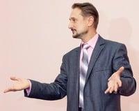 Статья о том, куда девать руки спикеру, оратору, выступающему на публике