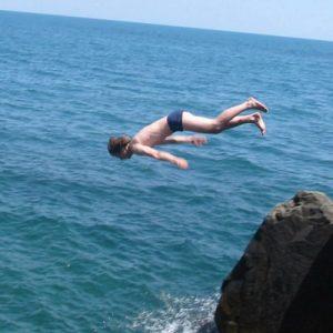 Публичное выступление и прыжок со скалы