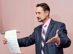 Оратор выступает с листочком.
