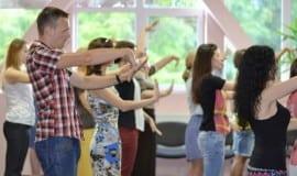 На фотографии изображен фрагмент занятия обучения жестам на тренинге